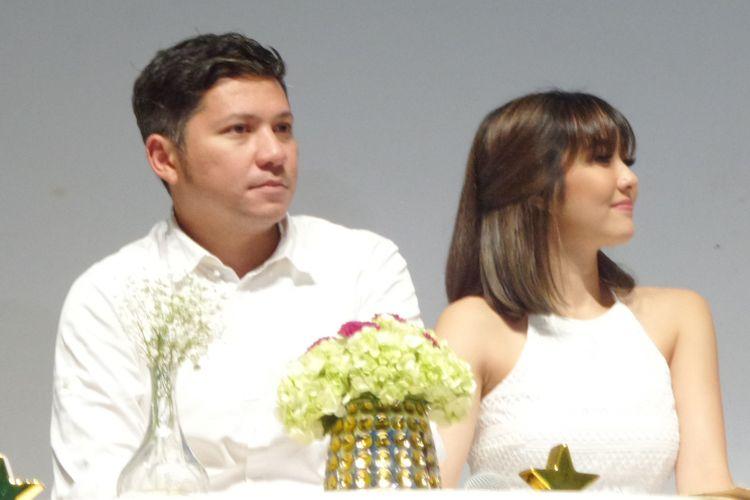 Aktor dan presenter Gading Marten bersama istrinya sekaligus penyanyi Gisella Anastasia pada peluncuran brand ambassador Oriflame di Lotte Shopping Avenue, Kuningan, Jakarta Selatan
