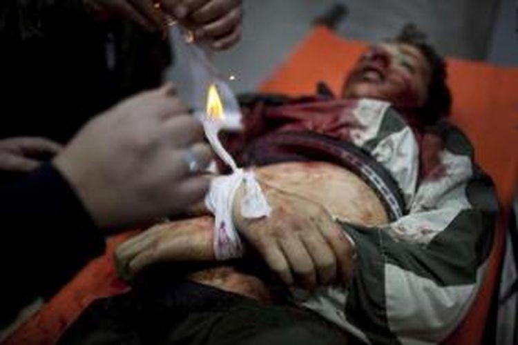 Seorang anak laki-laki tewas akibat pertempuran sengit antara pasukan pemberontak dengan tentara pemerintah di Idlib, utara Suriah, 11 Maret 2012.