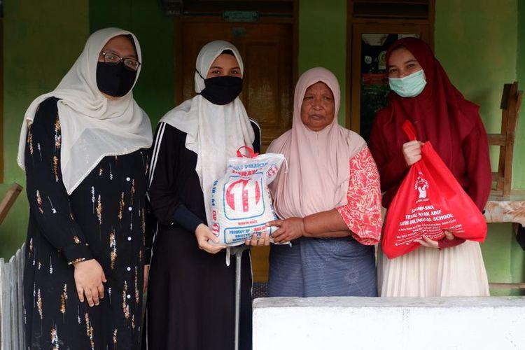 Pengumpulan dan pemberian donasi berupa 350 paket sembako dan 500 paket iftar dari para siswa, orang tua, guru dan alumni Teuku Nyak Arif Fatih Putri Bilingual School kepada masyarakat terdampak Covid-19 bekerja sama dengan Pemda Kota Banda Aceh.