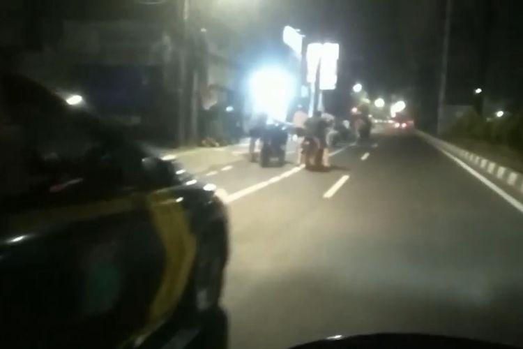 Sejumlah remaja diminta untuk mendorong motor ke Mapolsek Cilandak setelah terpergok masih berkeliaran malam hari di sekitar kawasan TB Simatupang, Cilandak Barat, Jakarta Selatan pada Minggu (27/6/2021) dini hari.