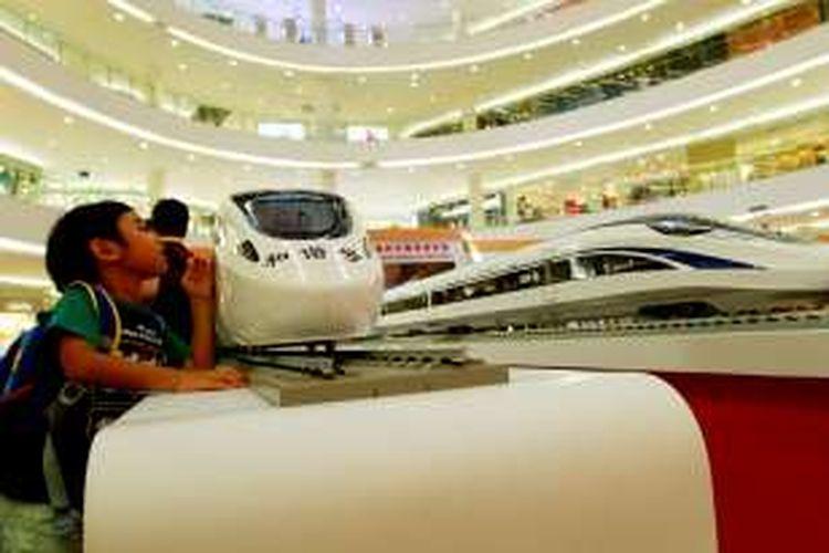 Seorang anak memperhatikan miniatur kereta cepat milik China pada pameran Kereta Cepat dari Tiongkok (China) di Senayan City (Sency), Jakarta Pusat, Kamis (13/8/2015). Pemerintah Indonesia merencanakan pembangunan kereta cepat Jakarta-Bandung dan Pemerintah Tiongkok merupakan salah satu pihak yang menawarkan kerja sama dalam pembangunan kereta cepat tersebut.
