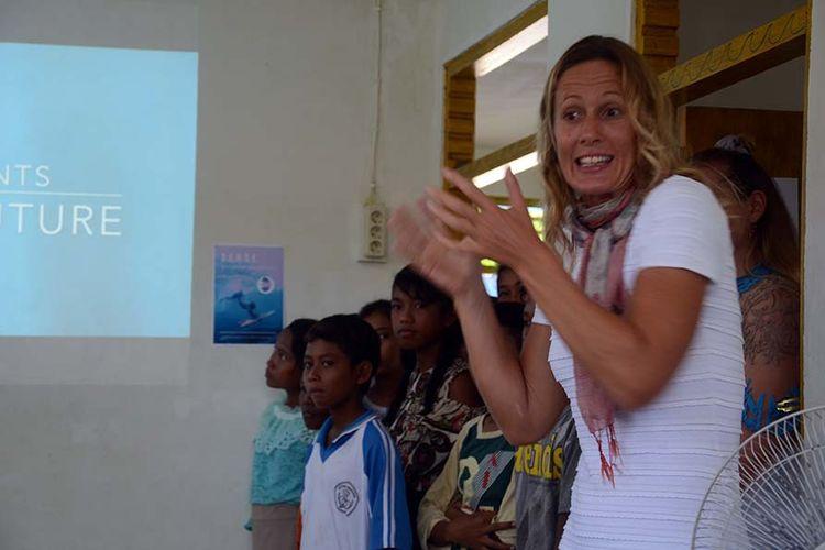Anak-anak di Kabupaten Morotai, Maluku Utara dengan gembira belajar bahasa Inggris dan menonton video mereka saat belajar berselancar, Sabtu (6/04/2019)