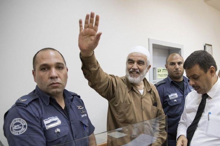 Sheikh Raed Salah (tengah) Arab-Israel, pemimpin cabang utara radikal Gerakan Islam di Israel, tersenyum ketika dia tiba di pengadilan Israel Rishon Lezion Justice, dekat Tel Aviv, pada 15 Agustus 2017. Polisi Israel menangkap seorang ulama Islam yang telah berulang kali dituduh menghasut kekerasan atas situs suci Yerusalem.