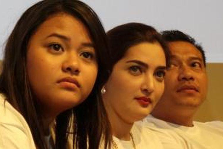 Titania Aurelie Nurhermansyah atau Aurel, Ashanty Siddik, dan Anang Hermansyah (dari kiri ke kanan) hadir dalam acara press screening film Romantini di XXI Plaza Indonesia, Jakarta Pusat, Senin (7/10/2013).