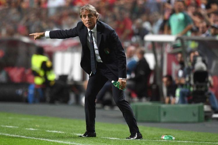 Roberto Mancini tampak memberi instruksi dari tepi lapangan pada laga Portugal vs Italia dalam lanjutan UEFA Nations League di Estadio da Luz, 10 September 2018.