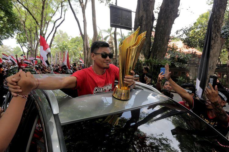 Wawan Hendrawan bersama tropi juara Liga 1 2019 konvoi menyapa masyarakat Bali, Senin (23/12/2019) siang.