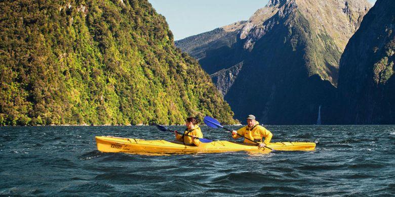 Kayaking, salah satu aktvitas yang bisa dilakukan saat berlibur di Selandia Baru.