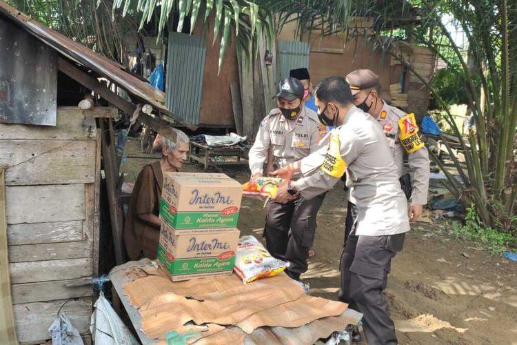 Wakapolres Inhu Kompol Zulfa Renaldo menyerahkan bantuan sembako kepada Kakek Moman (99) di Desa Sungai Beringin, Kecamatan Rengat, Kabupaten Inhu, Riau, Jumat (20/11/2020).