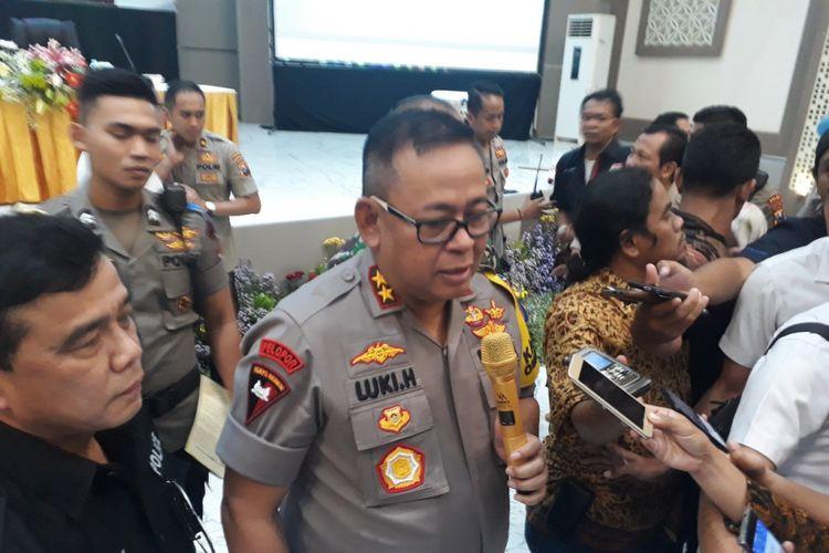Kapolda Jatim Irjen Luki Hermawan saat memberikan update kasus amblesnya Jalan Raya Gubeng di Surabaya, Jumat (28/12/2018).