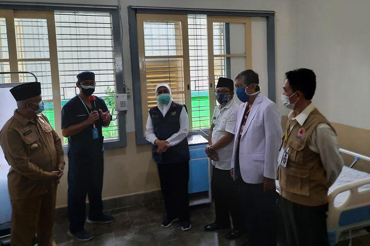 Wali Kota Malang, Sutiaji bersama Gubernur Jawa Timur Khofifah Indar Parawansa saat melihat fasilitas RS Lapangan Ijen Boulevard di Kota Malang, Rabu (16/12/2020).