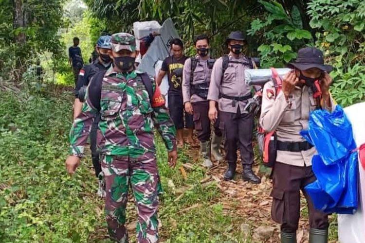 Personel TNI Polri mengawal distribusi logistik Pilkada hingga ke desa atau pelosok terpencil, Minggu (6/12/2020).