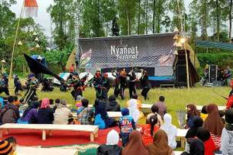Festival Nyaneut Garoet Mooi digelar oleh warga Kampung Situgede, Desa Cigedug, Kabupaten Garut, Jawa Barat, Sabtu (29/10/2016). Festival yang ditujukan untuk mempertahakan tradisi minum teh (ngeteh) di sisa-sisa perkebunan zaman Belanda ini sederhana, tetapi kaya makna.
