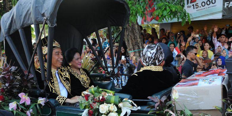 Presiden Joko Widodo (kedua kiri) melambaikan tangan didampingi Ny. Iriana Joko Widodo (kedua kanan) saat menghadiri Festival Keraton dan Masyarakat Adat ASEAN Ke-5 (FKMA), di Sumenep, Jawa Timur, Minggu (28/10/2018). Jokowi membuka FKMA yang dihadiri 58 keraton 230 kerajaan dan kedatuan serta lembaga adat dan perwakilan sejumlah negara ASEAN.