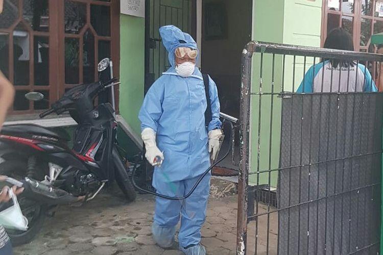 Petugas Dinkes Provinsi Lampung usai menyemprotkan cairan disinfektan di rumah pasien positif 01, Jumat (20/3/2020). (Foto: Dok. Dinkes Provinsi Lampung)