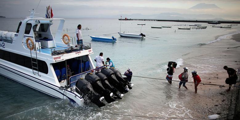 Kapal cepat berangkat menuju Sanur, Bali.