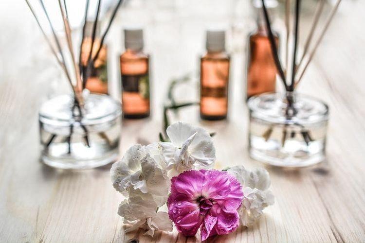 Menggunakan aromaterapi dengan aroma kesukaan bisa memberikan efek menenangkan dan membantu mengatasi masalah susah tidur.