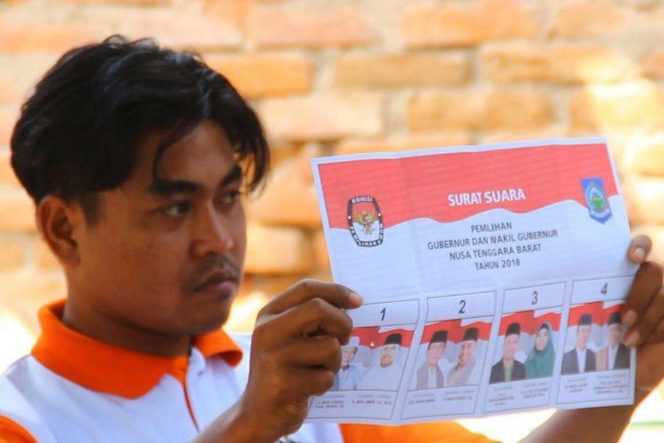 Petugas menunjukkan surat suara dalam perhitungan di Pilkada Provinsi Nusa Tenggara Barat, Rabu (27/6/2018).