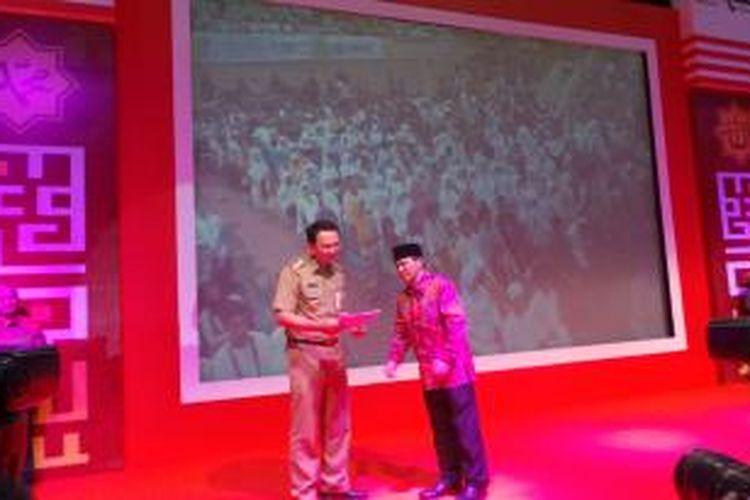 Plt Gubernur DKI Jakarta Basuki Tjahaja Purnama membayarkan zakat atau amal sosial melalui Bazis DKI sebesar Rp 25 juta, di Senayan, Jakarta, Selasa (15/7/2014).
