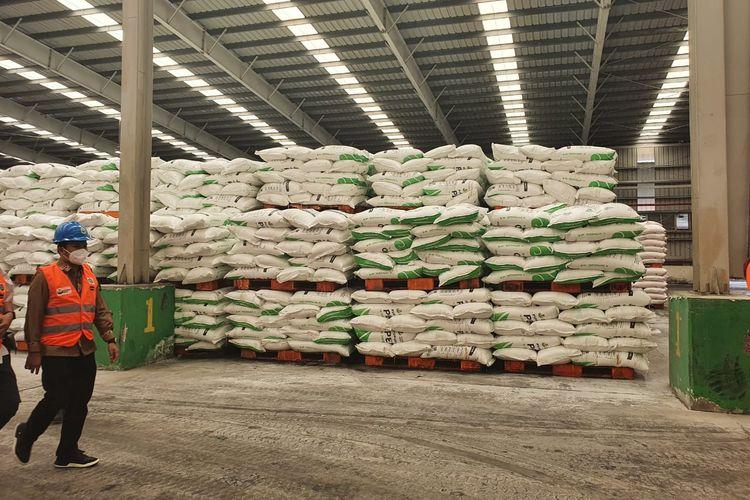 PT Pupuk Indonesia (Persero) memastikan ketersediaan pupuk bersubsidi di gudang lini satu (produsen) sampai lini empat (kios resmi) dengan total sebesar 2,2 juta ton, cukup untuk memenuhi kebutuhan selama enam minggu ke depan.