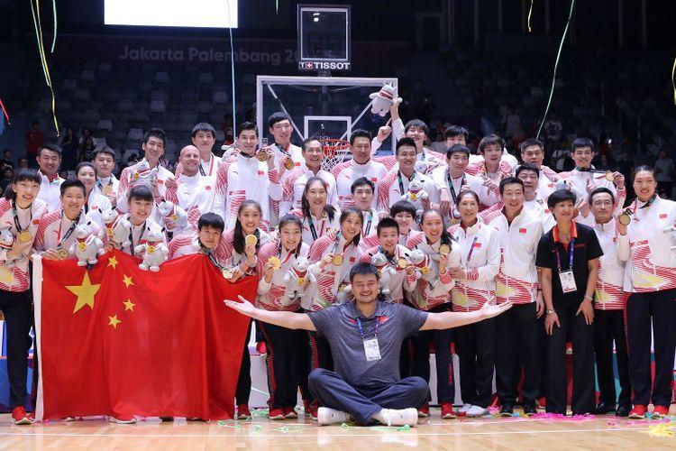 Legenda Basket Cina Yao Ming bersama Tim Basket Putri dan Putri Cina mengangkat medali emas Asian Games ke 18 di Hall Istora Senayan, Jakarta, Sabtu (1/9/2018).