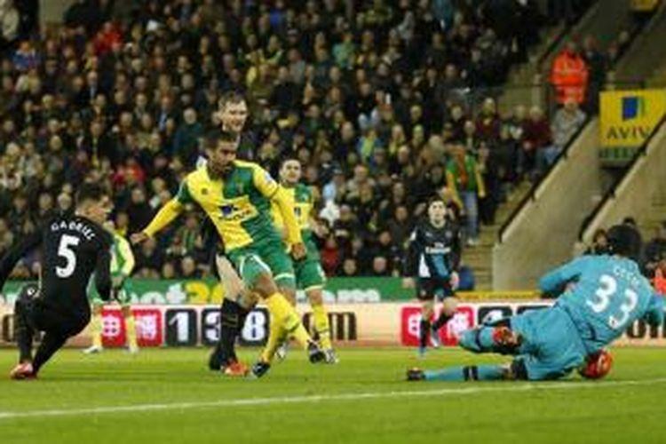 Striker Norwich City, Lewis Grabban, mencetak gol ke gawang Arsenal pada lanjutan Premier League di Stadion Carrow Road, Minggu (29/11/2015).