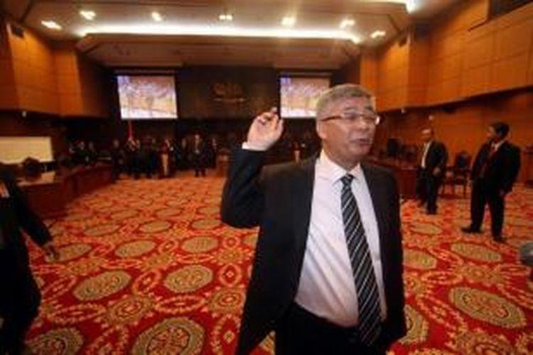 Akil Mochtar usai terpilih sebagai Ketua Mahkamah Konstitusi yang baru, di ruang sidang utama Gedung MK, Jakarta, Rabu (3/4/2013). Akil terpilih melalui proses voting dalam tiga tahap, setelah proses musyawarah antar Hakim Konstitusi tidak mencapai aklamasi.