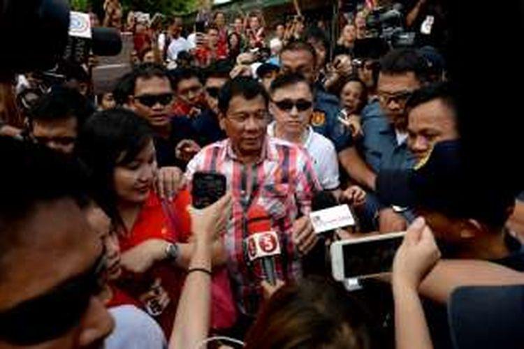 Rodrigo Duterte, calon presiden Filipina, usai memberikan suara di sebuah TPS di kota Davao, Senin (9/5/2016).