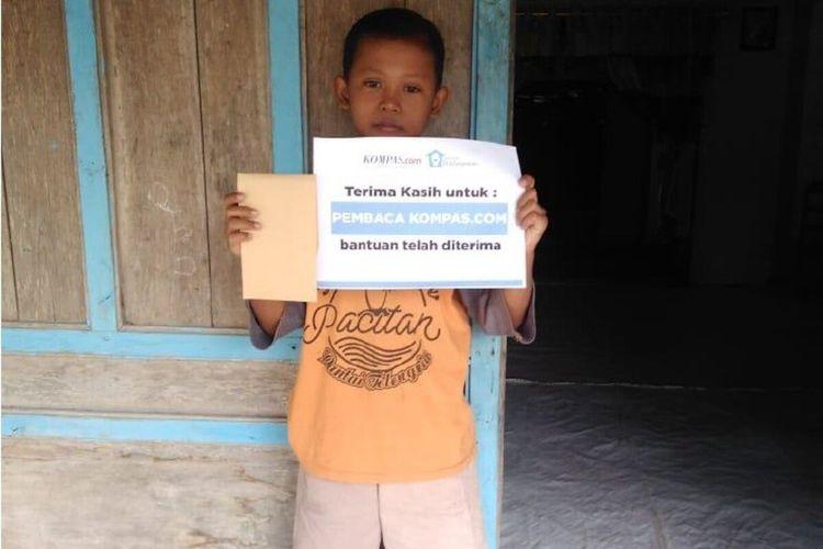 Tegoh Niccolas Saputra saat menerima bantuan dari pembaca Kompas.com di rumahnya Dukuh Kedu RT 007, RW 001, Kelurahan Banyurip, Kecamatan Jenar, Sragen.