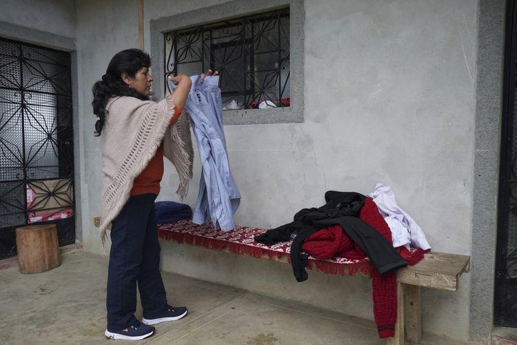 Ibu negara Peru, Lilia Paredes (48), sedang melipat baju-baju suaminya di rumah mereka di Chugur, Peru, saat berkemas untuk pindah ke ibu kota Lima, Kamis (22/7/2021). Paredes menjadi ibu negara usai suaminya, Pedro Castillo, menang pemilu dan menjadi presiden baru Peru.