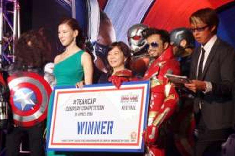 Seorang cosplayer asal Indonesia dengan kostum Iron Man menjuarai Cosplay Competition 2016 dalam rangkaian tur promosi film Captain America: Civil War, di Skating Rink, Marina Bay Sands, Singapore, Kamis (21/4/2016).