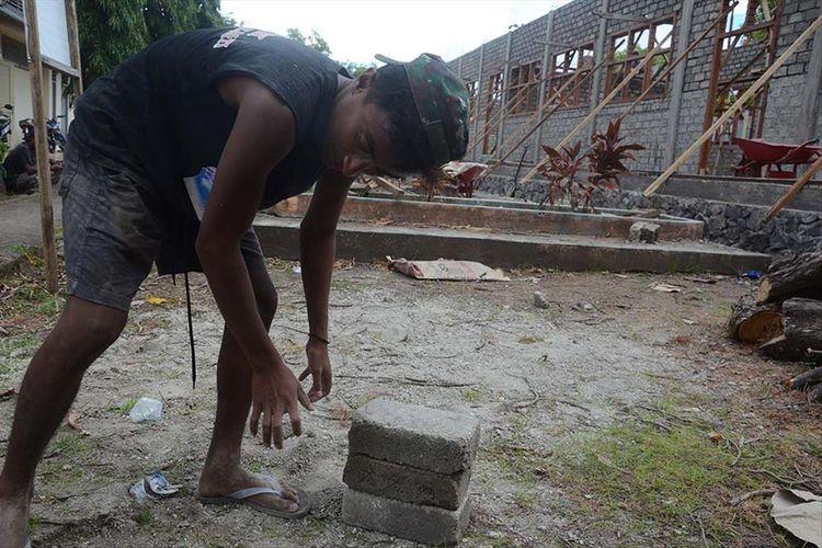 Rafdi Marajabessy, putra ketiga Wakil Wali Kota Tidore Kepulauan, Maluku Utara, bekerja sebagai kuli bangunan, Selasa (09/07/2019)