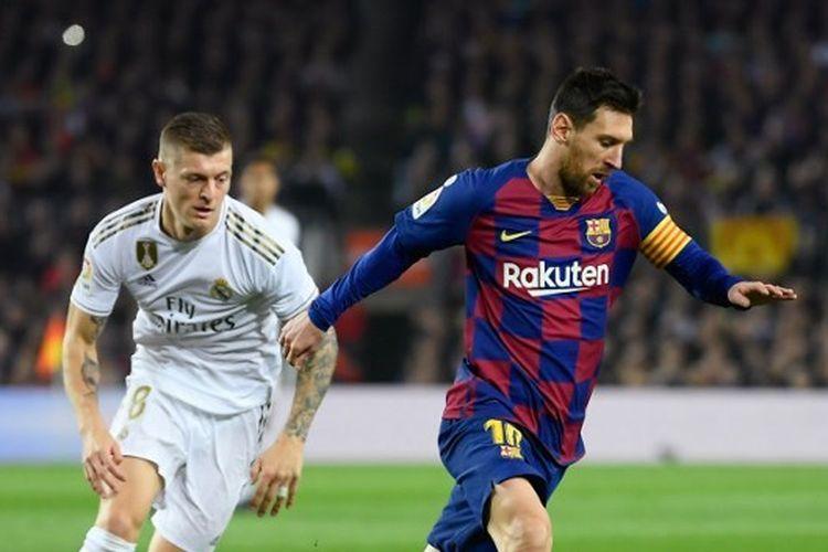 Gelandang Real Madrid berduel dengan Lionel Messi pada laga antara Real Madrid dan Barcelona di Stadion Camp Nou, 18 Desember 2019.