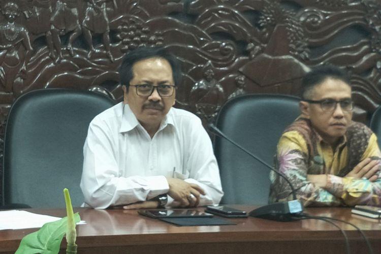 Ketua Umum Asosiasi Penyelenggara Telekomunikasi Seluruh Indonesia (ATSI) Merza Fachys dalam konferensi pers Forum Merdeka Barat 9 di gedung Kemenkominfo, Jakarta Pusat, Rabu (1/11/2017).