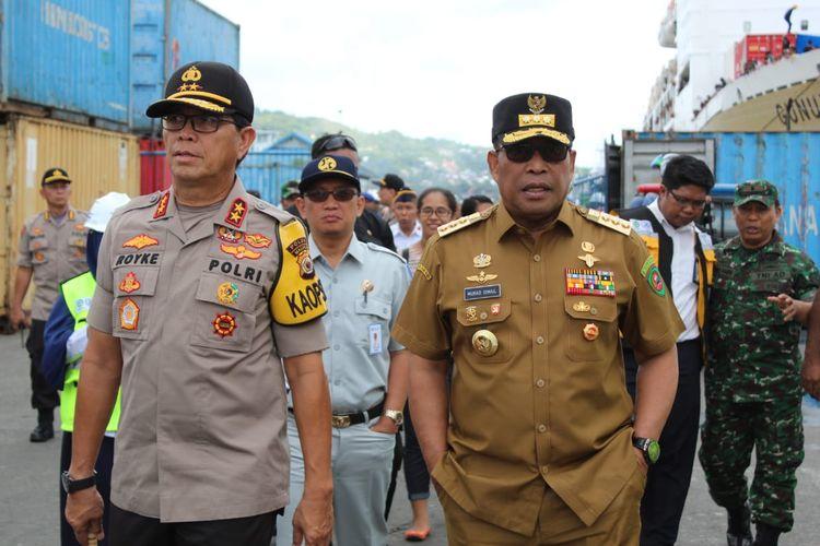 Gubernur Maluku Murad Ismail didampingi Kapolda Maluku, Irjen Pol Royke Lumowa saat meninjai perispaan mudik lebaran di Pelabuhan Yos Sudarso Ambon, Selasa (28/5/2019)
