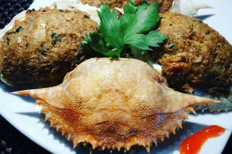 Ketam isi, salah satu makanan yang bisa dijadikan oleh-oleh khas Belitung. Ketam isi berupa kepiting yang isinya dikeluarkan lalu diolah dan dimasukkan kembali dalam cangkan, kemudian digoreng dan dapat disantap bersama cangkangnya.