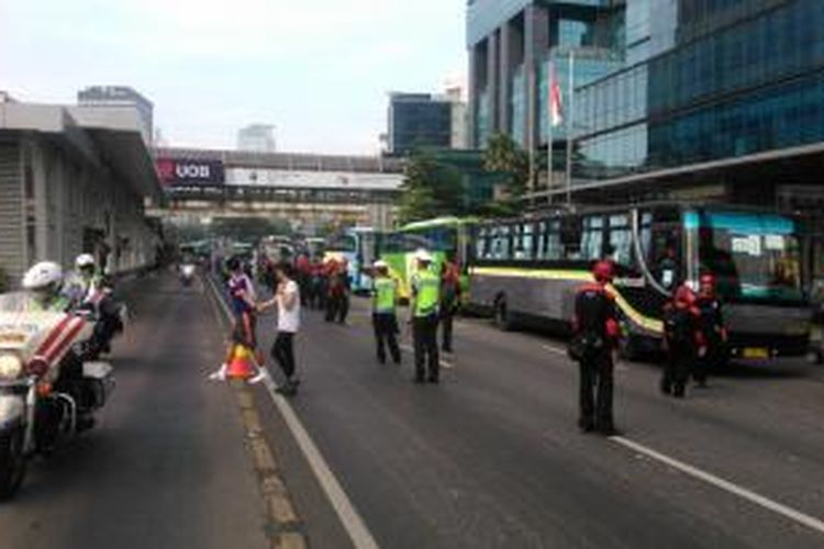 Ratusan bus yang membawa rombongan buruh dari berbagai wilayah Jakarta dan sekitarnya, terus