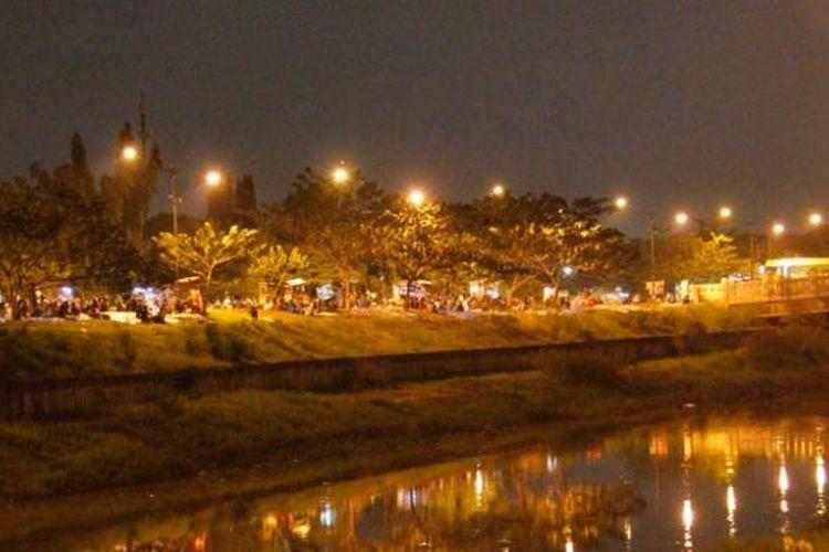 Suasana nongkrong di pinggir kanal banjir timur.