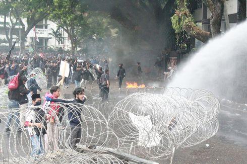 Demo Tolak Omnibus Law di Malang Ricuh, Gedung DPRD Dilempari