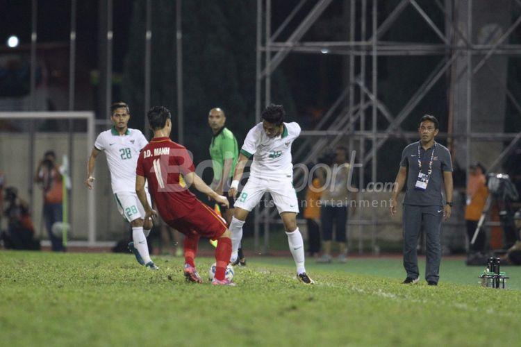 Pemain Indonesia, Septian David Maulana, dibayangi pemain Vietnam.