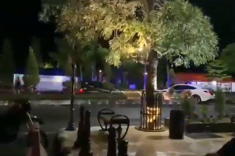 Tangkapan layar video yang menampilkan aksi kejar-kejaran antara mobil patwal polisi dengan pengemudi Honda Brio di Ngawi, Jawa Timur.