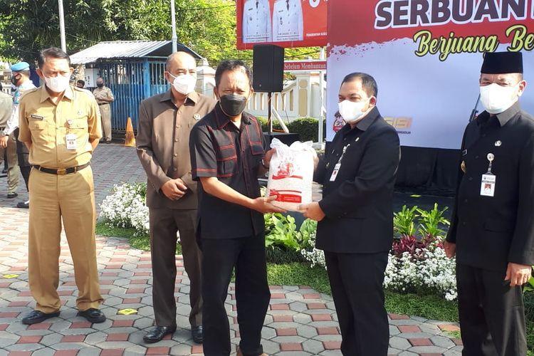 Ketua DPRD Jateng Bambang Kusriyanto menyerahkan bantuan kepada warga terdampak pandemi.