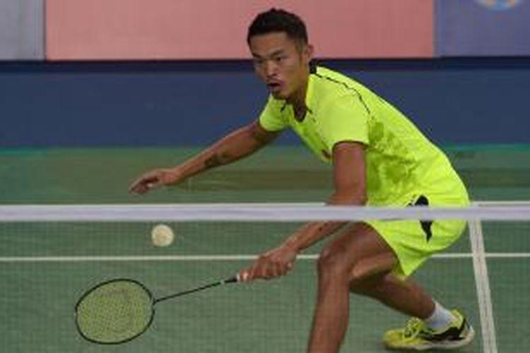 Pebulu tangkis Tiongkok, Lin Dan, mengembalikan kok ke arah pemain Malaysia, Chong Wei Feng, pada laga ketiga semifinal beregu putra Asian Games di Incheon, Korea Selatan, Senin (22/9/2014).