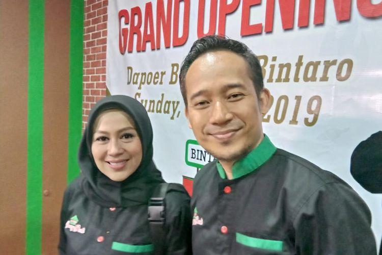 Denny Cagur menghadiri pembukaan gerai Dapoer Bang Jali di kawasan Bintaro, Jakarta Selatan, Minggu (7/4/2019).