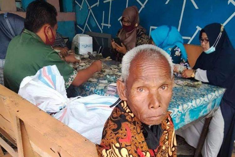 Kakek Tunarungu Biok (81) ternyata memiliki berkarung-karung uang yang disimpan di rumahnya