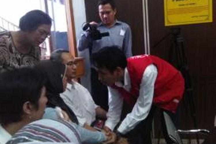 Dwiki, terdakwa kasus kekerasan pecinta alam Sabhawana SMAN 3, menyalami orangtua Arfiand Caesar Al-Irhamy di Pengadilan Negeri Jakarta Selatan, Selasa (28/10/2014).
