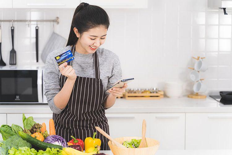 Ilustrasi ibu sedang belanja online. (Dok. Shutterstock)