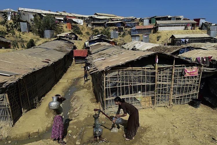 Pengungsi Rohingya mengumpulkan air di kamp pengungsi Thankhali di distrik Ukhia, di Bangladesh pada 24 Januari 2018. (AFP/Munir Uz Zaman)