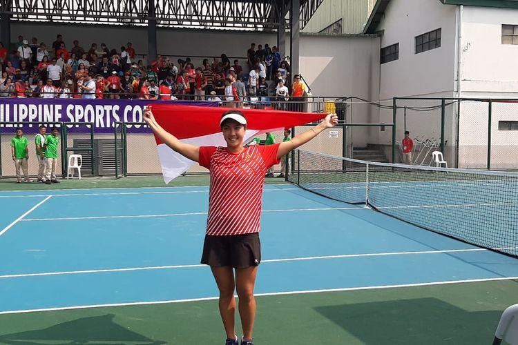 Petenis putri Indonesia, Aldila Sutjiadi, melakukan selebrasi setelah memastikan medali emas pada final tunggal putri SEA Games 2019 di Rizal Memorial Tennis Court, Jumat (6/12/2019).