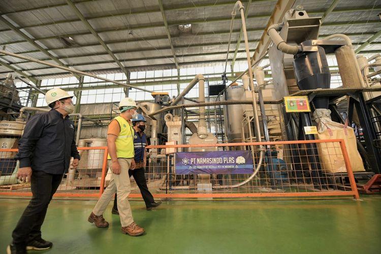 Gubernur Jawa Barat (Jabar) Ridwan Kamil saat meninjau proses daur ulang sampah plastik yang diolah oleh PT Namasindo Plas di Batujajar, Kabupaten Bandung Barat, Selasa (20/4/2021).