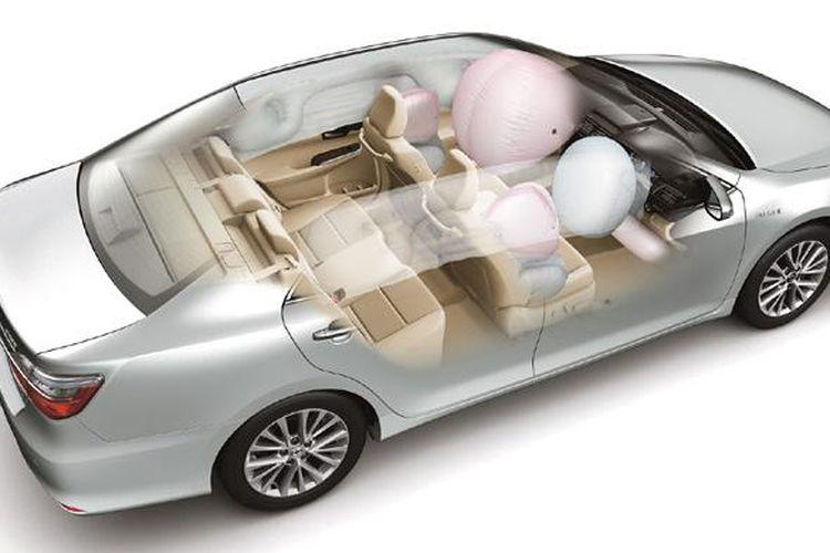 Toyota Camry baru dengan airbag lengkap.